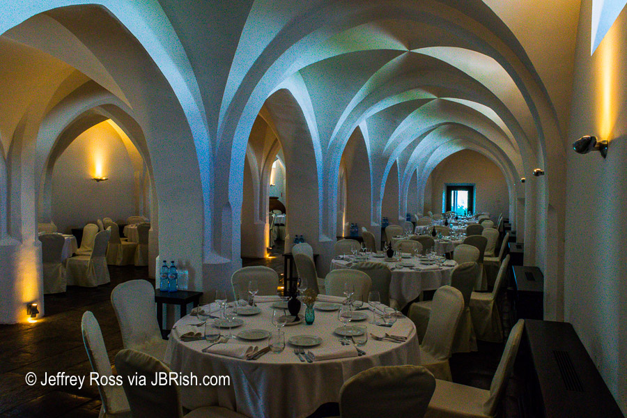Restaurante Divinus with vaulted ceilings